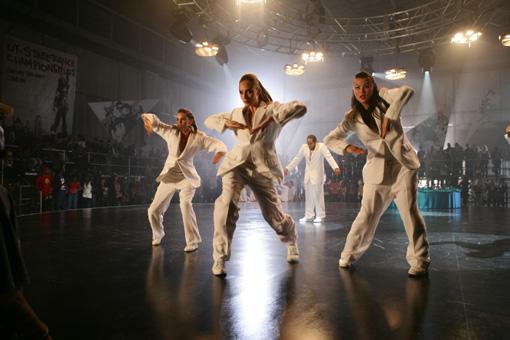 Beim Street Dance-Wettbewerb gibt die Crew (SIANAD GREGORY, RACHEL MCDOWALL, JENNIFER LEUNG) alles.