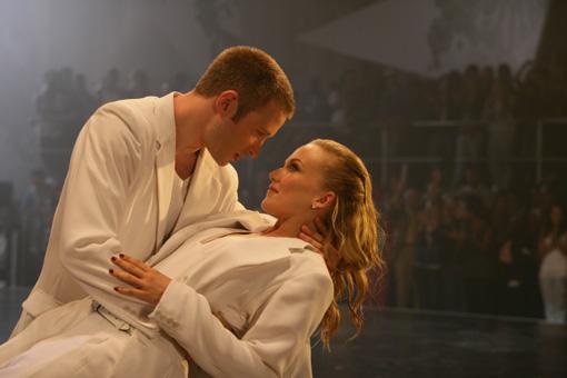 Carly (NICHOLA BURLEY) und Tomas (RICHARD WINSOR) kommen sich beim Tanzen näher.