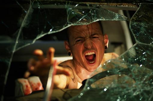 Schon bald ein Verkehrstoter mehr? Jigsaws Opfer (Chester Bennington, Linkin Park) auf einem gefährlichen Trip.
