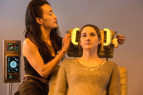 Tori (Maggie Q) unterzieht Tris (Shailene Woodley) dem Eignungstest