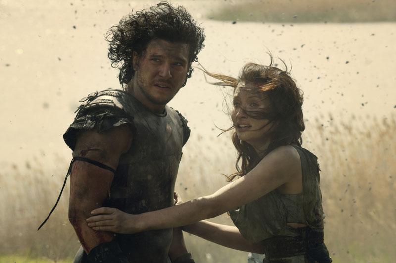 Milo (Kit Harington) und Cassia (Emily Browning) im Ascheregen von POMPEII.