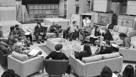 29. April, Pinewood Studios UK: Drehbuchautor/Regisseur/Produzent J.J. Abrams (oben Mitte) und die Schauspieler bei der Leseprobe zu Star Wars: Episode VII mit Harrison Ford, Daisy Ridley, Carrie Fisher, Peter Mayhew, Produzent Bryan Burk, Lucasfilm Pr?sidentin und Produzentin Kathleen Kennedy, Domhnall Gleeson, Anthony Daniels, Mark Hamill, Andy Serkis, Oscar Isaac, John Boyega, Adam Driver und Drehbuchautor Lawrence Kasdan (im Uhrzeigersinn von rechts). Copyright und Photo Credit: David James. Lucasfilm Ltd. & TM. All Rights Reserved.