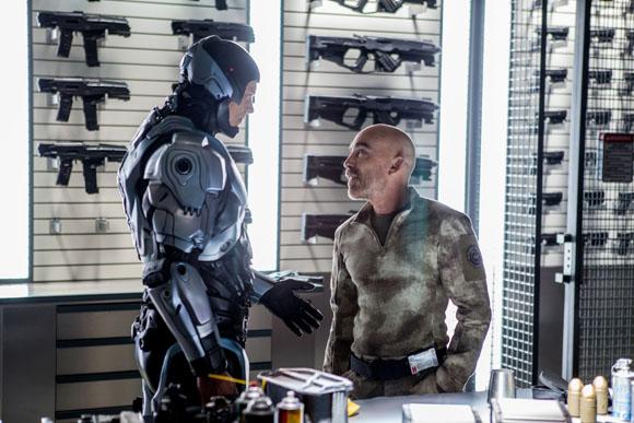 Mattox (Jackie Earle Haley, r.) und RoboCop (Joel Kinnaman, l.) feilen an der perfekten Ausstattung.
