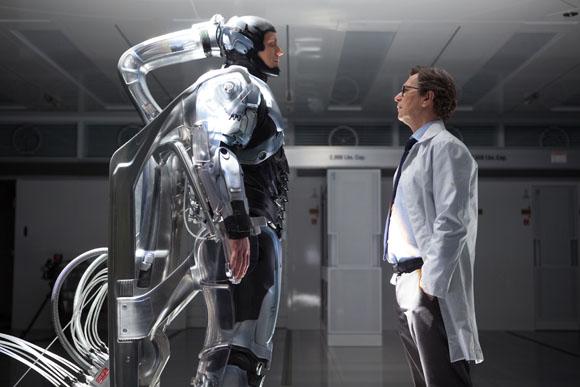 Dr. Dennett Norton (Gary Oldman, r.) betrachtet seine neueste Schöpfung - noch ist RoboCop (Joel Kinnaman, l.) scheinbar machtlos dem Willen von OmniCorp ausgeliefert.
